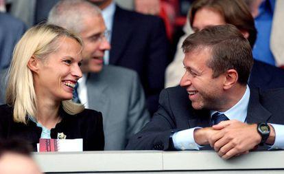 Róman Abramóvich se ríe junto a su esposa Irina en 2003.