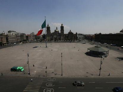 La explanada del Zócalo de la Ciudad de México vacía durante un periodo de confinamiento por la pandemia de la covid-19.