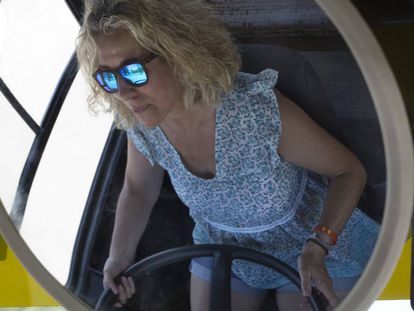 Montse Gómez, al volante del autobús.