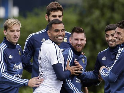 Lionel Messi, con sus compañeros de la selección argentina, en un entrenamiento.
