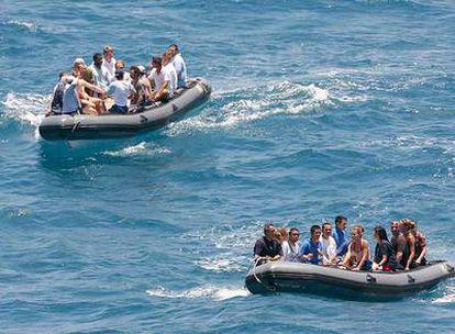 Tripulantes del yate <i>Le Ponant,</i> tras ser liberados en Somalia.
