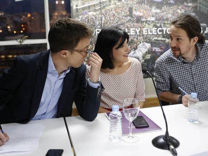 De izquierda a derecha, Íñigo Errejón, Idoia Villanueva y Pablo Iglesias, en un acto de Podemos este miércoles.