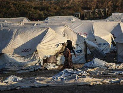 Una mujer camina por el campamento de refugiados de Kara Tepe, en la isla de Lesbos. / Álvaro García