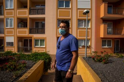 Enrique Pons de 56 años, vecino del barrio de San Borondón del municipio de Tazacorte, carga las cosas en su coche para abandonar el barrio por estar confinados y con miedo de lo que pueda hacer la lava.