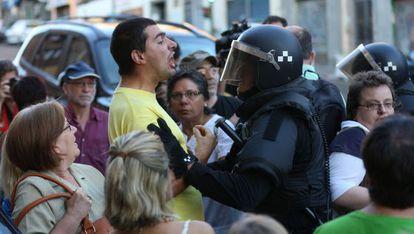 Un policía discute con un vecino que se opone al desalojo de una vivienda de la calle de Ofelia Nieto de Madrid, el pasado agosto.