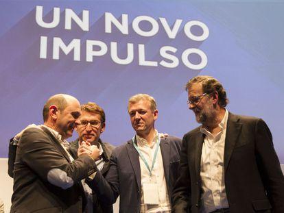 Louzán felicita a Rueda, segundo por la derecha, en presencia de Feijóo y Rajoy.