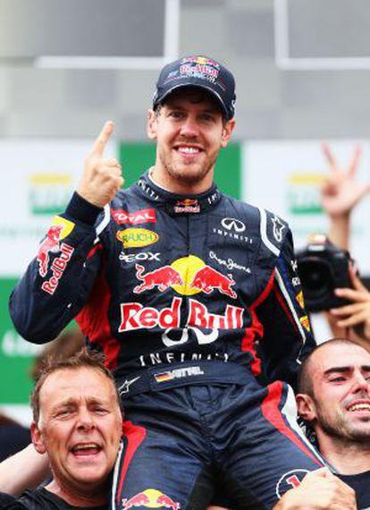 Vettel celebra el título con los miembros de su equipo