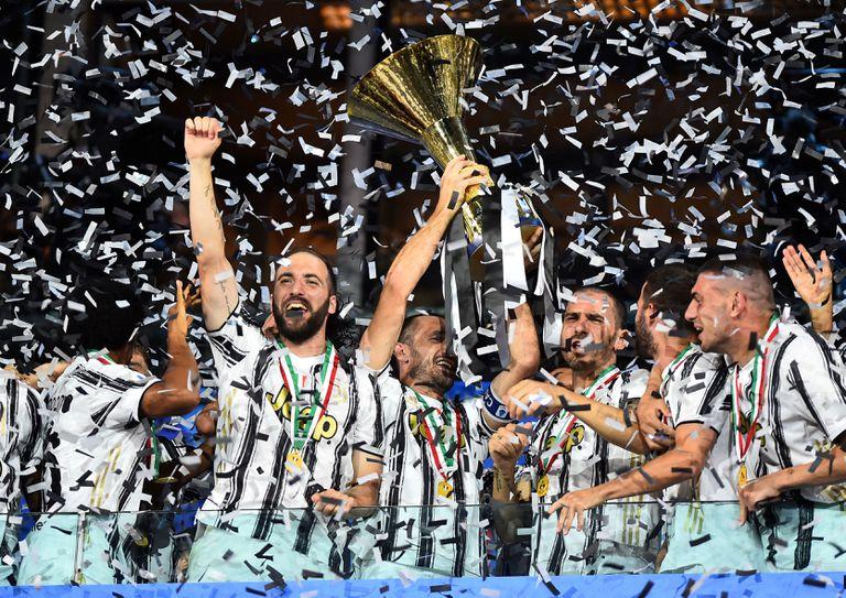 Los jugadores de la Juventus celebran el título de campeones de la Serie A de 2020.