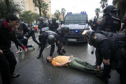 Agentes de la Policia Nacional durante la incautación de urnas en un colegio de Barcelona.