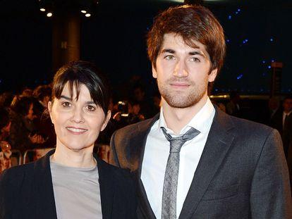 María Belón y su hijo, Lucas Álvarez, en Londres, en 2012, en el estreno de 'Lo Imposible'.