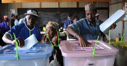 Ciudadanos kenianos votan en un barrio de Nairobi.