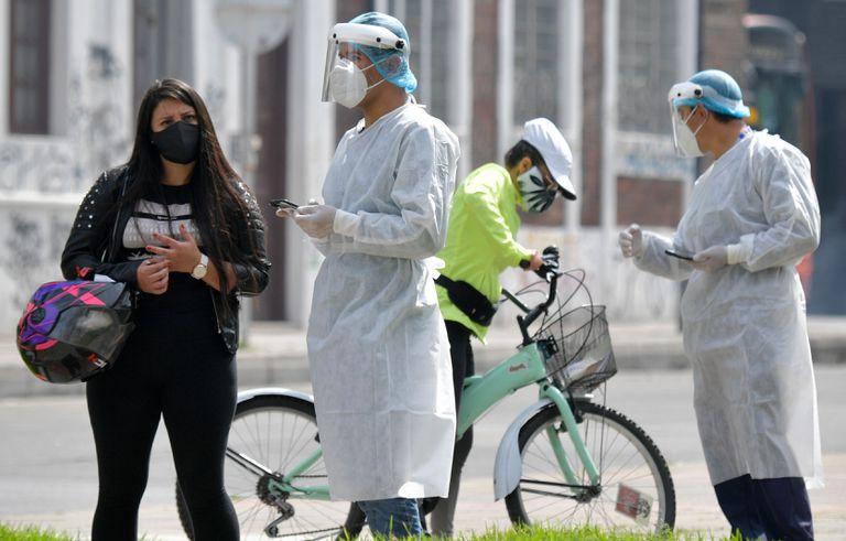 Trabajadores sanitarios realizan pruebas de covid-19 en Bogotá, el 15 de enero.