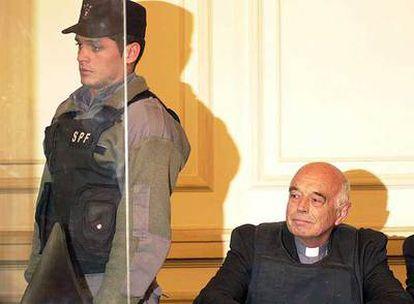 El sacerdote Christian von Wernich, durante el juicio que se sigue contra él en un tribunal de La Plata (Buenos Aires).