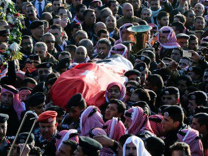 Funeral de una de las víctimas del atentado del domingo en Karak, Jordania.