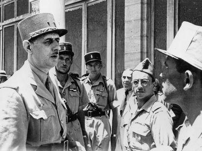 Hubert Germain (en el centro al fondo), retratado junto a varios compañeros y Charles de Gaulle (izquierda) en Argelia en 1943, durante la Segunda Guerra Mundial.