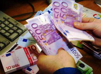 Billetes de 500 euros en una sucursal bancaria.