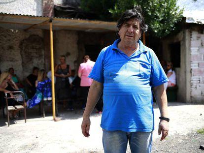 """El """"brujo"""" Manuel frente a la casa donde recibe a sus seguidores, en Gonnet, en las afueras de la ciudad de La Plata."""