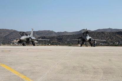 Dos aviones franceses Rafale aterrizan este jueves en la base aérea Souda, en Creta.