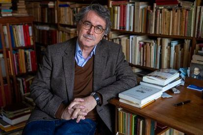 Andrés Trapiello en la biblioteca de su casa en Madrid.