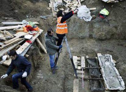 Los restos hallados ayer dentro del sarcófago emplomado de Arroyomolinos serán examinados para documentar el yacimiento.