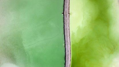 Belleza tóxica desde el aire. Las imágenes  que ilustran este reportaje pertenecen  a los proyectos Side Effects y Toxic Beauty, del polaco Kacper Kowalski, sobre la compleja relación del ser humano con la naturaleza.  Se trata de fotografías tomadas desde el aire  en vuelos en parapente a unos 150 metros  de altura en distintas regiones de Polonia. En esta foto, una planta  de producción de sal.