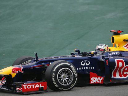Vettel pilota su Red Bull durante la carrera en el circuito de Interlagos.