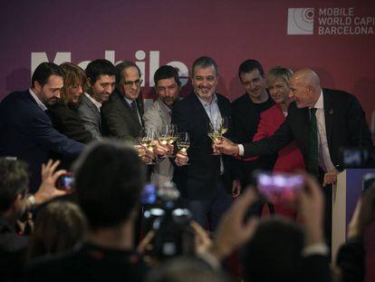 Las autoridades, encabezadas por el presidente Quim Torra, brindan en el inicio de Tech Spirit Barcelona.