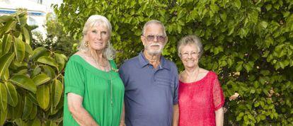De izquierda a derecha, Vilma Archer, Gerald Steel y Jean Steel en el jardin de Archer en una urbanización cerca de Calpe.