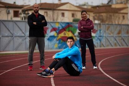 Dani Rodríguez, con Manolo Jiménez, su entrenador y María José Jiménez, su psicóloga, antes de ir al Europeo de Torun.