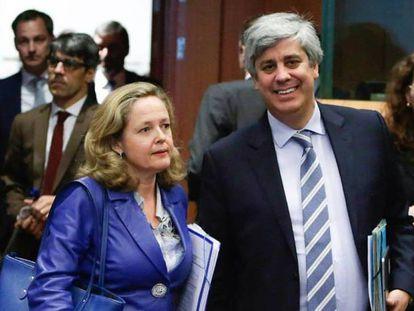 La vicepresidenta Nadia Calviño, junto al presidente del Eurogrupo, Mário Centeno, en Bruselas.