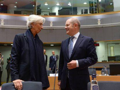 La presidenta del Banco Central Europeo, Christine Lagarde, y el ministro de Hacienda alemán, Olaf Scholz, acuden a una reunión de ministros de finanzas europeos en Bruselas el pasado jueves.