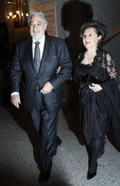Plácido Domingo y su mujer, Marta Ornelas, a su llegada al Teatro Real de Madrid, donde el tenor ha recibido hoy un homenaje por su 70º cumpleaños.