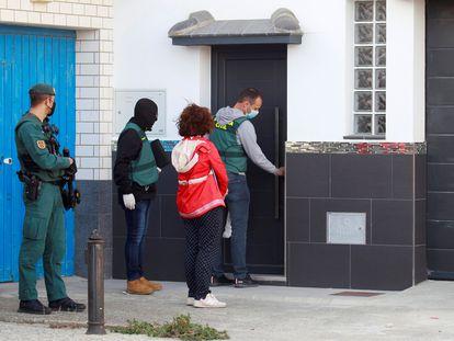 Agentes de la Guardia Civil durante uno de los registros realizados en La Línea de la Concepción (Cádiz) en el marco de una nueva macrorredada contra el blanqueo de capitales procedentes del narcotráfico.