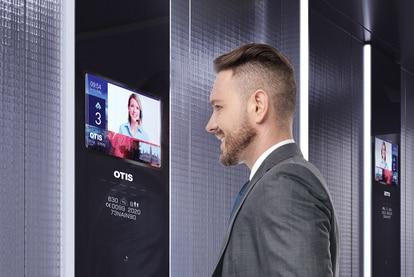 La cabina de un elevador se transforma en un espacio abierto y digitalizado.