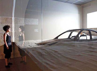 Instalación inspirada en el libro de Ballard <b><i>La sequía</b></i> que se puede ver en la exposición del Centro de Cultura Contemporánea de Barcelona.  / joan sánchez J. G. Ballard en 1988.