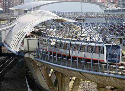 El metro de Bilbao en la estación de Urbinaga.