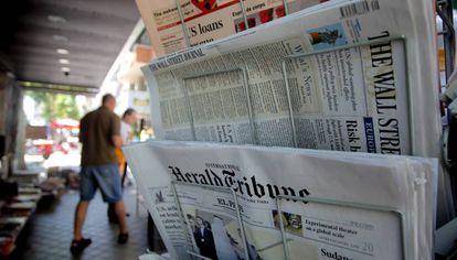 Periódicos extranjeros, británicos y estadounidenses: 'Financial Times', 'Herald Tribune' y 'The Wall Street Journal', en un quiosco de prensa de Madrid.