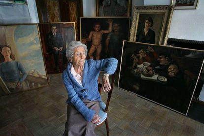 La pintora Ángeles Santos, con algunas de sus obras, en 2007.