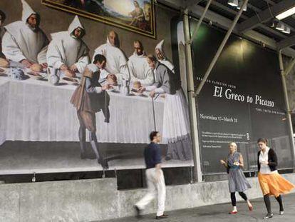 Vista de un cartel de la exposición <i>Pintura española: de El Greco a Picasso; el tiempo, la verdad y la historia</i>.