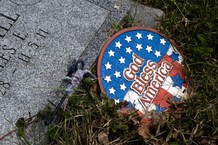 "A plaque with the motto ""God bless America"" ​​in a Cemetery of Staten Island, in New York, this Monday, day of commemoration of those killed in combat."