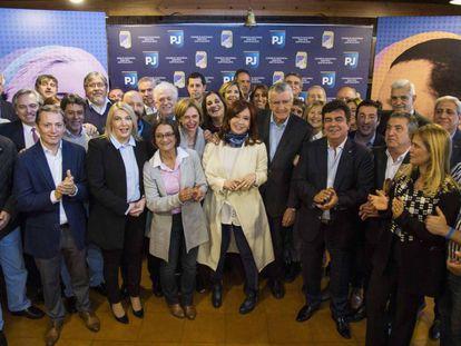 Cristina Fernández de Kirchner, al centro, posa con los dirigentes del peronismo que participaron el martes de la cumbre del Partido Justicialista, en Buenos Aires.