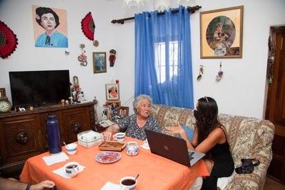 Antonia 'La Española' y la artista Ana Varea, durante una de sus conversaciones en Genalguacil.
