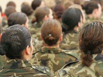 Mujeres militares durante un acto en la base de El Goloso (Madrid) en 2006.