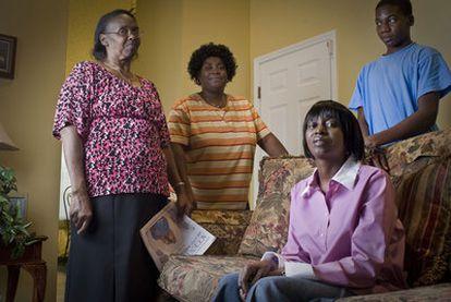 La familia de Troy Davis, en su casa de Savannah. Desde la izquierda, su madre Virginia, sus hermanas Kimberly y Martina Correia y su sobrino.