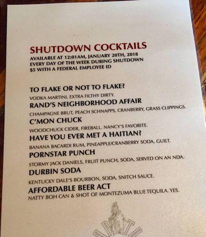 Cócteles en oferta por el cierre del Gobierno en el bar Capitol Lounge