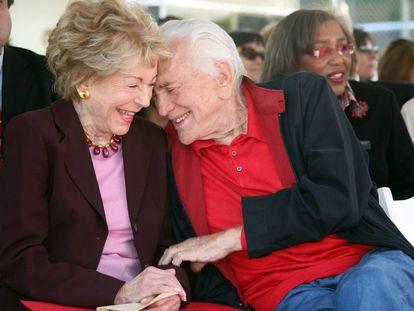 Kirk Douglas, con su esposa Anne, al cumplir 103 años.