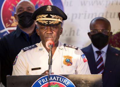 El director general de la Policía Nacional de Haití, Léon Charles, habla en una rueda de prensa, en Puerto Príncipe (Haití), el domingo 11 de julio, para anunciar la detención del supuesto instigador del asesinato del presidente.