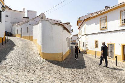 Susana Gil y Antonio Sáez Delgado, profesores españoles de la Universidad de Évora, de paseo por Elvas (Portugal).