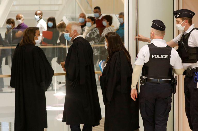 Abogados en la sala del juicio por los atentados de París de 2015.