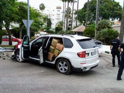 El vehículo cargado con 600 kilogramos de hachís tras embestir a otro coche y a un ciclista este jueves.